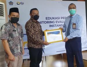 Kantor Kemenag  Soppeng Terima Penghargaan Dari Kantor Pelayanan Pajak (KPP) Pratama Watampone