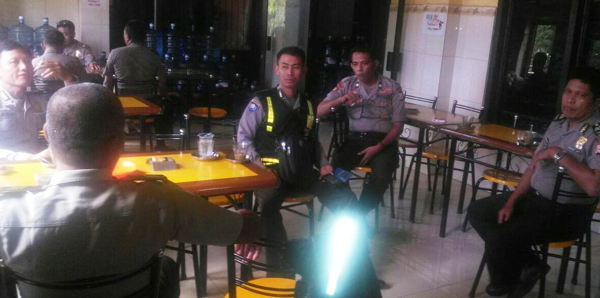 Bangun Sinergitas Antar Anggota, Kapolsek Lalabata Coffe Morning Di Warkop Saddang