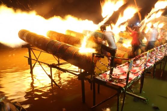 Tonton Permainan Meriam Karbit, Warga Pontianak Padati Pinggiran Sungai Kapuas