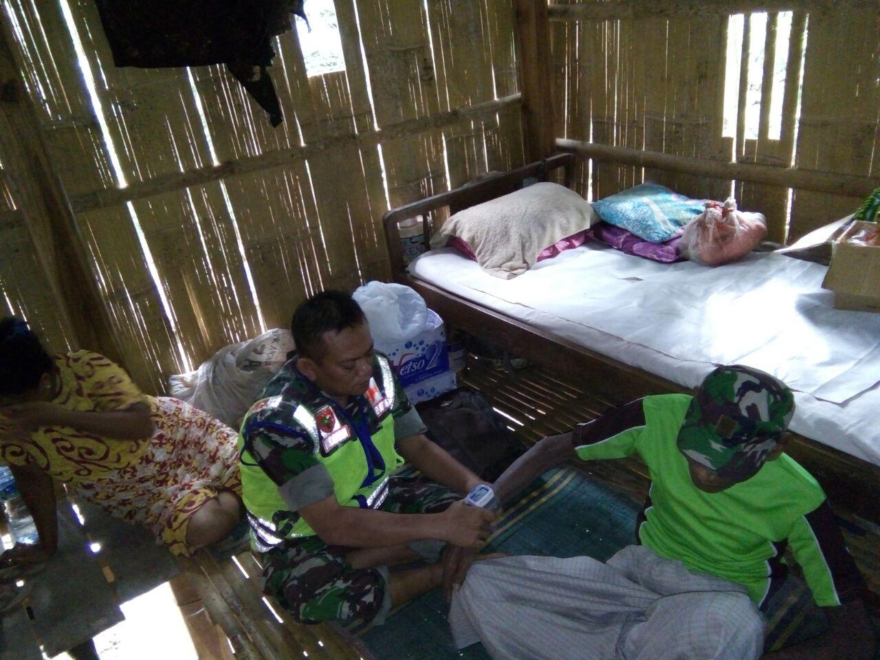 Podding, Kakek Renta Yang Sakit Dan Terlantar Dikunjungi Babinsa Marioriwawo