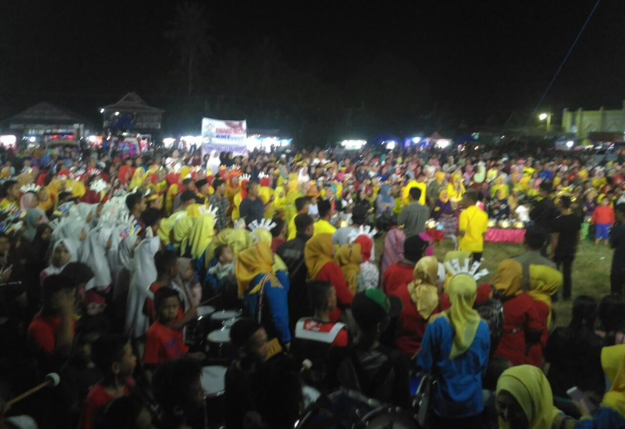 Bupati Soppeng Disambut  Histeris Saat  Nobar Bersama Warga Di Leworeng